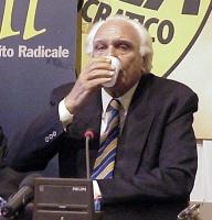 """Pannella, prima dell'avvio di uno sciopero della sete, beve l'ultimo bicchiere d'acqua, perchè il Parlamento in seduta comune sia convocato in una """"se"""