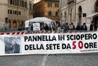 Presidio davanti alla sede del Parlamento, a sostegno dello sciopero della sete di Marco Pannella e del satyagraha radicale, nell'attesa che sia convo