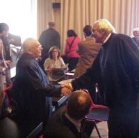 Marco Pannella stringe la mano a Filippo Mancuso, presente alla sua conferenza stampa, al terzo giorno di sciopero della sete.