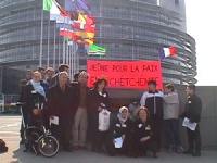 Manifestazione davanti al Parlamento Europeo, per la pace in Cecenia, attraverso un negoziato politico fra Putin e Mashkadov.