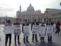 Manifestazione davanti a piazza San Pietro contro la pedofilia nel clero. Da sinistra: Giuseppe Micheletta, Michele De Lucia, Daniele Capezzone, Sergi