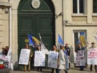 Manifestazione davanti all'ambasciata italiana, per il rispetto della legalità in Italia. Da sinistra: Gianfranco Dell'Alba, Marco Eramo, ???, ???, St
