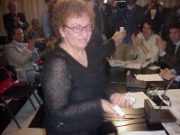 Tanina De Marco, malata di glaucoma, mostra la scatolina di hashish che le è stata consegnata da Rita Bernardini e Daniele Capezzone, come azione di d