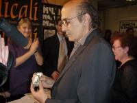 Pigi Camici, militante radicale, malato di glaucoma, mostra la scatolina di hashish che gli è stata consegnata da Rita Bernardini e Daniele Capezzone.