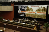 """38° Congresso del PR. Vista della presidenza e del banner (""""Globalise freedom and democracy"""")."""