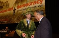 Erkin Alptekin fa vestire Olivier Dupuis da uiguro. (38° Congresso del PR).