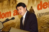 Erping Zhang, portavoce del movimento Falun Gong, alla tribuna del 38° Congresso del PR.