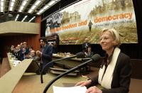 """Emma Bonino al 38° Congresso del PR. Vista completa del banner (""""Globalise freedom and democracy""""), e scorcio di presidenza plaudente (si riconoscono,"""