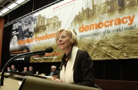 "Emma Bonino, alla tribuna del 38° Congresso del PR, sullo sfondo del banner ""Globalise freedom and democracy""."
