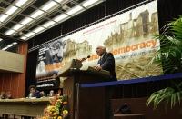 Marco Pannella, alla tribuna del 38° Congresso del PR, sullo sfondo del banner del congresso.