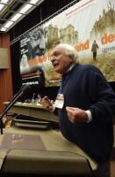 Marco Pannella, alla tribuna del 38° Congresso del PR. (Di sfondo il banner).