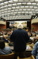 Marco Pannella, di spalle, in platea, al 38° Congresso del PR.