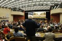 Marco Pannella, in piedi, di spalle, nella platea del 38° Congresso del PR.