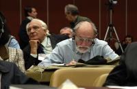 Giorgio Inzani, seduto nella platea del 38° Congresso del PR. In secondo piano: Marco Pannella.
