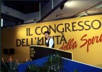 Bonino parla dalla tribuna di un congresso italiano del PR. Larga, con banner