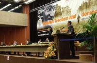 Benedetto Della Vedova alla tribuna del 38° Congresso del PR (vista del banner e del tavolo di presidenza).