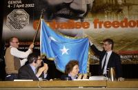 Ottavio Marzocchi e Olivier Dupuis, nel corso del 38° Congresso del PR, sostengono la bandiera dell'East Turkestan. In primo piano, seduti al tavolo d