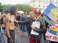 Million marijuana march. Roberto Baietti (che tiene in mano la bandiera del PR e distribuisce volantini radicali) dialoga con un altro manifestante.