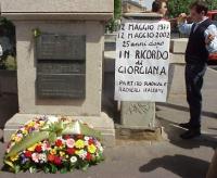 """Manifestazione per Giorgiana Masi, a 25 anni dal suo omicidio. Sergio Rovasio attacca vicino alla lapide il cartello: """"12 maggio 1977 - 12 maggio 2002"""