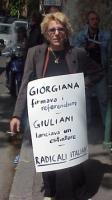 """Mariella Zanetti (militante radicale) partecipa alla manifestazione per i 25 anni dell'assassinio di Giorgiana Masi. Indossa il cartello: """"Giorgiana f"""