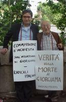 """Manifestazione per i 25 anni della morte di Giorgiana Masi. Maurizio Turco e Sergio Stanzani indossano rispettivamente i cartelli: """"Commissione d'inch"""