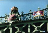 Manifestazione del TSG (gruppo di sostegno al Tibet). La bandiera del Tibet esposta sul ponte di Budapest.