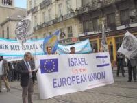 """I radicali partecipano alla manifestazione europea in solidarietà di Israele. Stefano Mazzocchi e altri portano lo striscione: """"Israel in the European"""