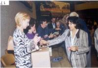 Vincenzina Antonelli, Antonio Cerrone e Isabel Fonseca, e Marco Pannella (coperto, di spalle), durante le votazioni del 38° Congresso del PR.