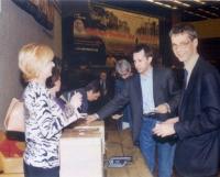 Votazioni durante il 38° Congresso del PR. Vincenzina Antonelli, Benedetto Della Vedova, Olivier Dupuis.