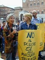 """Giulia Simi (al microfono, militante radicale) e Rita Bernardini (indossa il cartello: """"No al dolore sì alla marijuana terapeutica""""), prima di un'azio"""