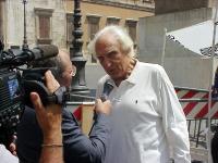 Marco Pannella, giunto al 73° giorno di Satyagraha, intervistato alla televisione, al presidio radicale davanti a Montecitorio, per il ritorno della C