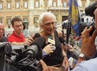 Marco Pannella, giunto all'80° giorno di Satyagraha, dopo circa dodici ore di sciopero della sete, si mostra in canottiera ai giornalisti, davanti al