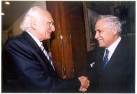Marco Pannella stringe la mano a Moshe' Katsav, presidente dello Stato di Israele.