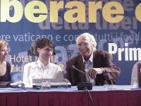 Pannella e Luca Coscioni (a sinistra, la moglie) al Primo Congresso dei Radicali Italiani.