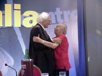 Marco Pannella abbraccia Sergio Stanzani, nel corso del Primo Congresso dei Radicali Italiani.