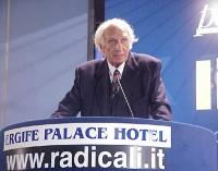 Marco Pannella alla tribuna del Primo Congresso dei Radicali Italiani.