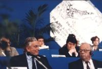 Gore Vidal con Zdravko Tomac, vicepresidente del Parlamento croato, sul palco del 36° congresso PR I sessione