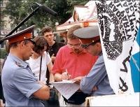 """Nikolaj Khramov, durante la manifestazione dello """"street referendum"""" per la legalizzazione della marijuana. Altre digitali."""