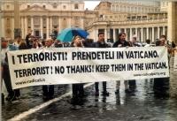 """""""Terroristi? Prendeteveli in Vaticano! / Terrorist? No thanks! Keep them in Vatican!"""". Manifestazione davanti a piazza San Pietro, contro l'estradizio"""