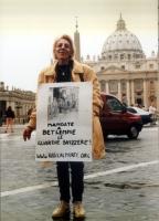 """Margherita Zanetti - che indossa il cartello: """"Mandate a Betlemme le guardie svizzere!"""" - partecipa alla manifestazione davanti a piazza San Pietro, c"""