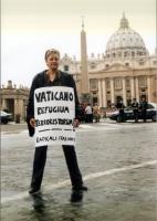 """Rita Bernardini - che indossa il cartello: """"Vaticano refugium terroristorum"""" - partecipa alla manifestazione davanti a piazza San Pietro, contro l'est"""