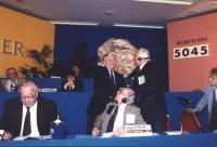 Pannella stringe la mano a Gore Vidal sul palco del 36° congresso PR I sessione