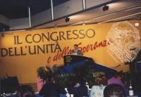 Rutelli parla dalla tribuna di un congresso italiano del PR Molto larga, con logo e banner