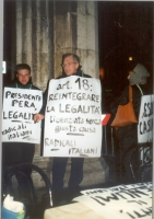 Walk around per il ripristino della legalità costituzionale (e cioè del plenum) alla Camera dei Deputati, davanti alla sede del Senato. Cartelli: Pres
