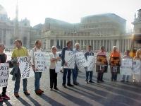 Manifestazione davanti a piazza San Pietro per la libertà di monsignor Milingo. Si riconoscono: Alessandro Caforio, Rita Desio, Marco Cappato, Daniele
