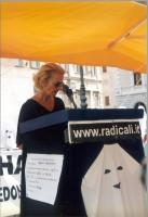 Emma Bonino interviene alla maratona oratoria, davanti a Montecitorio, per il ripristino della legalità costituzionale alla Camera dei Deputati.