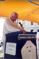 Marco Pannella interviene alla maratona oratoria presso il presidio davanti a Montecitorio, per il ripristino della legalità costituzionale alla Camer