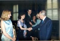 Il presidente della Repubblica stringe la mano ad Antonella Dentamaro. Intorno: Elio Polizzotto, Maria Carmen Colitti, Emma Bonino. (Ciampi riceve al