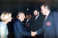Il presidente della Repubblica Carlo Azeglio Ciampi stringe la mano a Bill Pace (coordinatore delle NGO per il tribunale penale internazionale).  A si