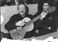 """""""Domenico Modugno con la chitarra in mano canta """"""""volare"""""""" al 32° congresso PR II sessione. (BN) ottima"""""""